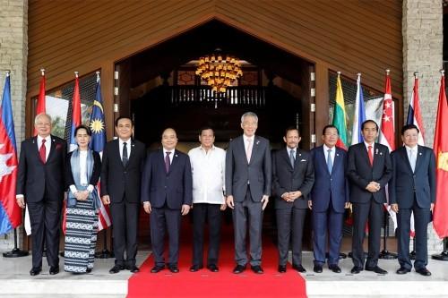Các lãnh đạo ASEAN hôm qua chụp ảnh tại hội nghị cấp cao ở Manila, Philippines. Ảnh:Reuters