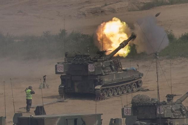 Pháo tự hành K-55 của quân đội Hàn Quốc khai hỏa trong cuộc tập trận tại Paju, khu vực gần biên giới với Triều Tiên hồi tháng 5/2017 (Ảnh: AFP)