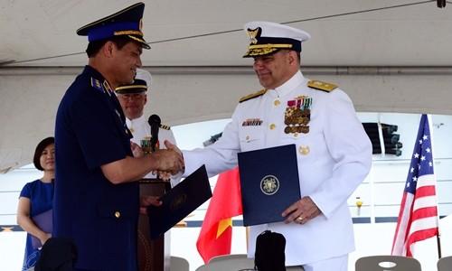 Đại diện Cảnh sát biển Việt Nam và Tuần duyên Mỹ trong buổi lễ bàn giao. Ảnh:Đại sứ quán Mỹ tại Việt Nam.