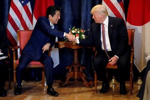 Thủ tướng Nhật Shinzo Abe và Tổng thống Mỹ Donald Trump trong cuộc gặp hôm qua. Ảnh:Reuters
