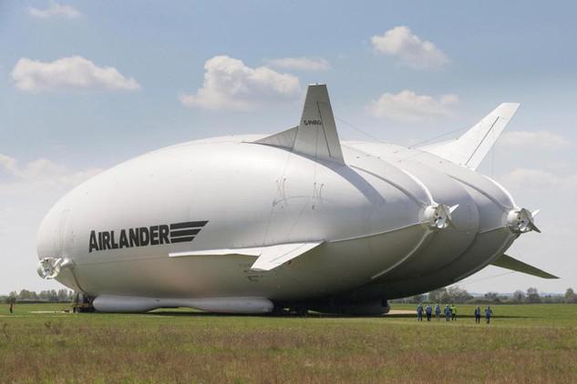Phi thuyền Airlander 10 hiện là chiếc máy bay lớn nhất thế giới, đã rơi vào năm ngoái. (Nguồn: The Sun)