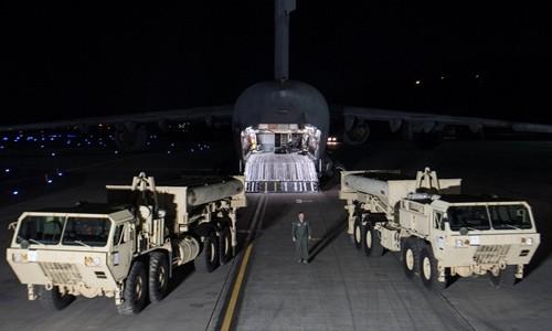 Bộ phận đánh chặn trong tổ hợp THAAD được chuyển tới căn cứ Osan, Hàn Quốc, đêm 6/3. Ảnh: Reuters