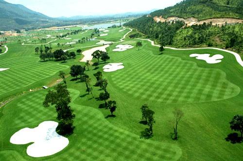 Sân golf Phượng Hoàng nằm trên địa bàn huyện Kỳ Sơn, tỉnh Hoà Bình.