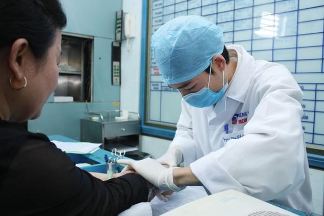 Việc điều chỉnh tăng giá dịch vụ y tế vào tháng 6 tới dự kiến có thể là yếu tố khiến CPI những tháng cuối năm tăng. Ảnh: Gia Khoa