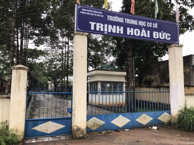 Trong thời gian phát hành HSYC, cổng Trường THCS Trịnh Hoài Đức đóng im ỉm. Ảnh: Văn Huyền