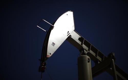 Một máy bơm dầu ở mỏ Monterey Shale, California, Mỹ, tháng 4/2013 - Ảnh: Reuters