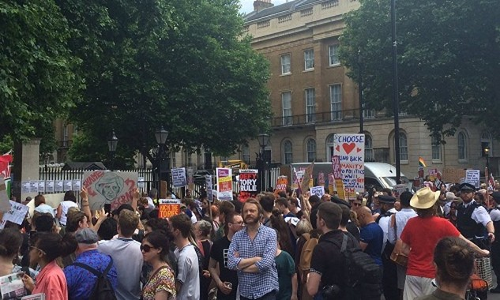 Người biểu tình tụ tập trước dinh Thủ tướng Anh. Ảnh:The Guardian.
