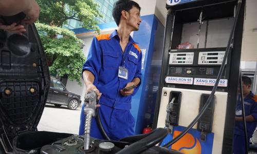 Giá xăng có thể giảm vào ngày mai (20/6).Ảnh: G.Huy