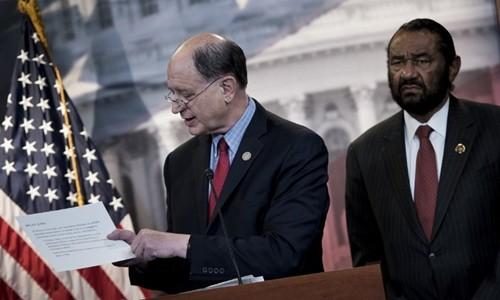 Hạ nghị sĩ Brad Sherman (trái) và hạ nghị sĩ Al Green. Ảnh:AFP.