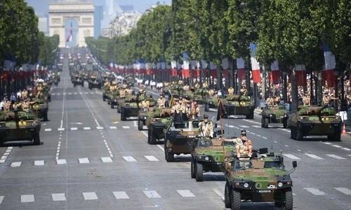 Xe quân sự Pháp trên đại lộChamps-Elysées trong lễ duyệt binh năm 2013. Ảnh:AFP.