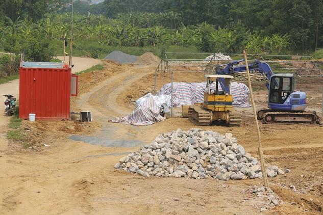 Công ty CP Chiếu sáng và Xây dựng đô thị Quảng Nam là thành viên trong liên danh nhà thầu vi phạm hợp đồng Gói thầu Xây lắp công trình điểm định canh định cư thôn Xà Nghìn 2. Ảnh: Nhã Chi
