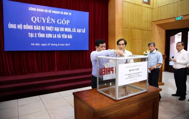 Bộ trưởng Nguyễn Chí Dũng tham gia quyên góp ủng hộ đồng bào bị thiệt hại do mưa lũ. Ảnh: Lê Tiên