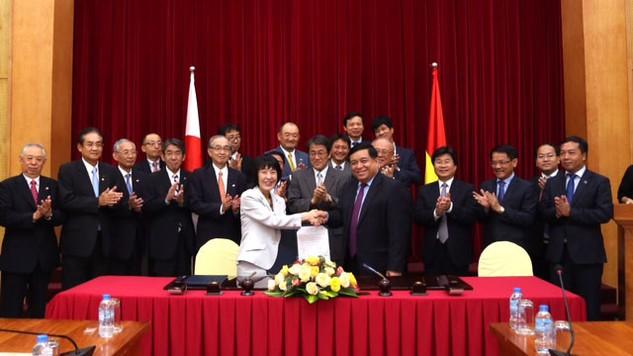 Bộ trưởng Nguyễn Chí Dũng ký kết Biên bản ghi nhớ giữa Bộ Kế hoạch và Đầu tư với tỉnh Hokkaido. Ảnh: Cao Dung