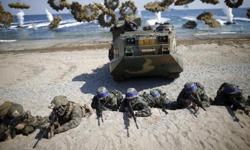 Binh sĩ Mỹ và Hàn Quốc (băng xanh) trong một cuộc tập trận chung tổ chức tháng 3/2016. Ảnh:Reuters.