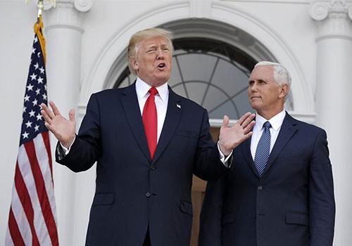 Tổng thốngDonald Trump, đứng cạnh phó tổng thốngMike Pence, phát biểu trước báo chí tại Câu lạc bộ Golf Quốc gia Trump ởBedminster, New Jersey, hôm 10/8. Ảnh:AP.