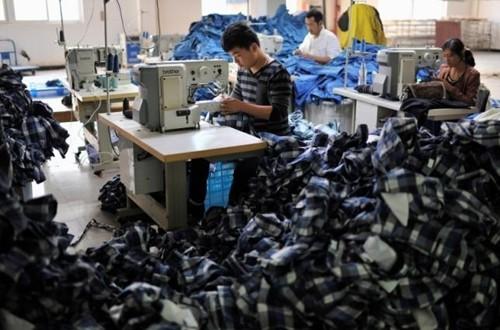 Công nhân Trung Quốc làm việc trong một nhà máy ở An Huy. Ảnh:Reuters