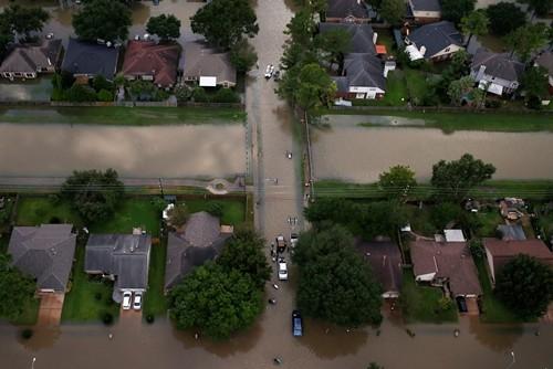 Nhà ngập trong lũ lụt do bão Harvey ở Texas. Ảnh:Reuters.