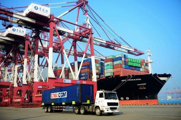 Vận chuyển hàng hóa tại cảng ở Thanh Đảo, tỉnh Sơn Đông, miền đông Trung Quốc ngày 13/7. (Nguồn: AFP/TTXVN)