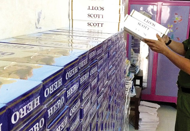 Có nhiều ý kiến trái chiều về việc thí điểm đấu giá thuốc lá nhập lậu bị tịch thu. Ảnh: NC st
