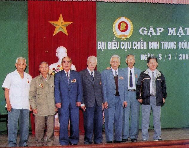 Đồng chí Trần Kiên (giữa) cùng đồng đội