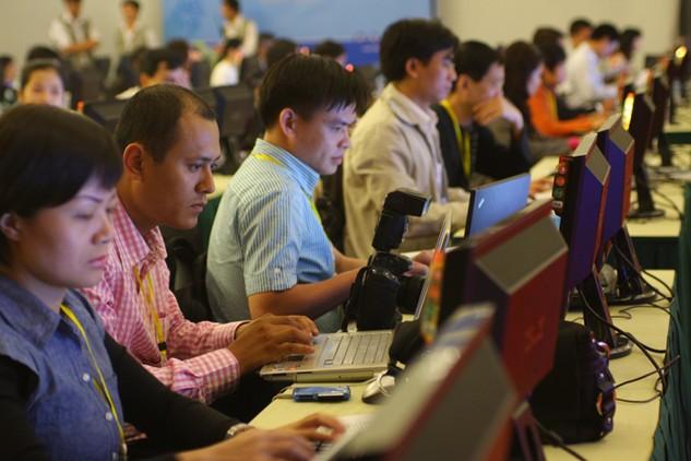 Các nhà báo đang phải tham gia vào một cuộc chiến giành sự quan tâm của độc giả với Internet. Ảnh: Lê Tiên