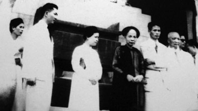 Từ trái sang gồm nhà tư sản Hòa Tường, ông Trịnh Văn Bô, bà Hoàng Thị Minh Hồ, mẹ ông Trịnh Văn Bô, cố Thủ tướng Phạm Văn Đồng trước thềm Nhà hát Lớn tại Tuần lễ vàng 1945