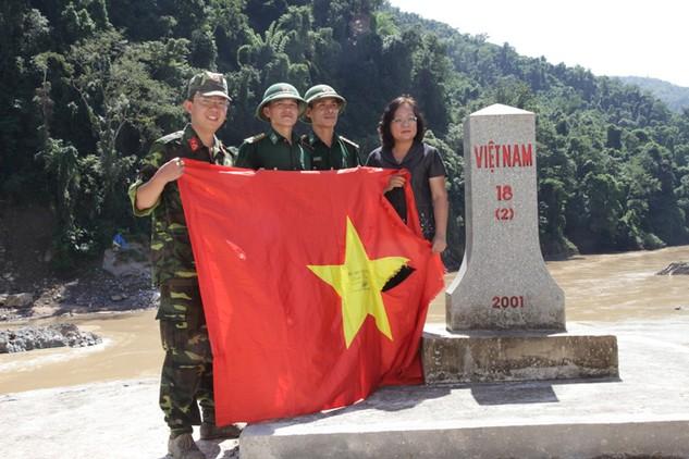 Trao tặng lá Quốc kỳ từ đảo Sinh Tồn Đông (huyện đảo Trường Sa, Khánh Hòa) cho cán bộ chiến sĩ Trạm Biên phòng Kẻng Mỏ bên mốc 18.2