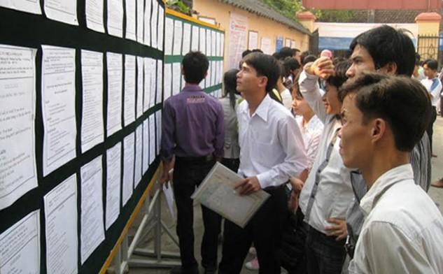 Mỗi phiên giao dịch việc làm được mở tại Trung tâm Giới thiệu việc làm tỉnh Thanh Hóa luôn có rất đông sinh viên đến tìm việc làm, trong đó có nhiều người tốt nghiệp hệ cử tuyển. Ảnh: Lê Hoàng.