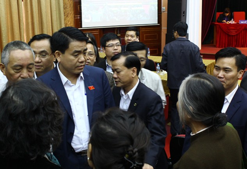 Ông Chung nán lại nghe cử tri bày tỏ bức xúc về một số vấn đề. Ảnh: Hoàng Phương.