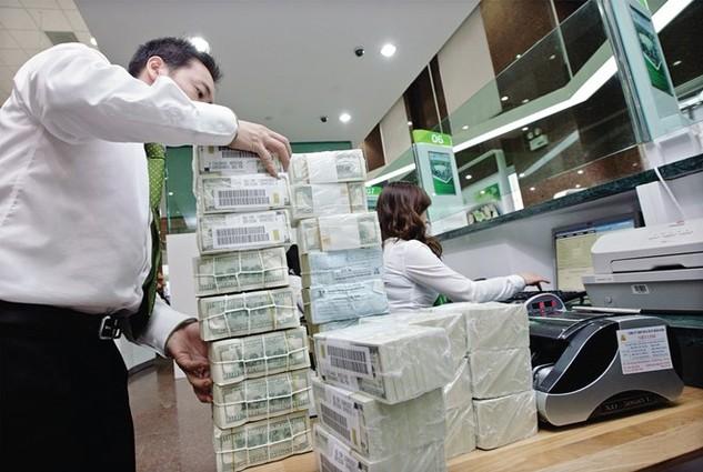 Tỷ giá bắt đầu căng, USD thị trường tăng vọt