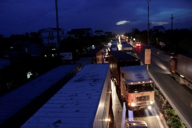 Việc phân luồng giao thông nhằm giải tỏa ách tắc khi sửa chữa QL5 - Ảnh: Lê Tân