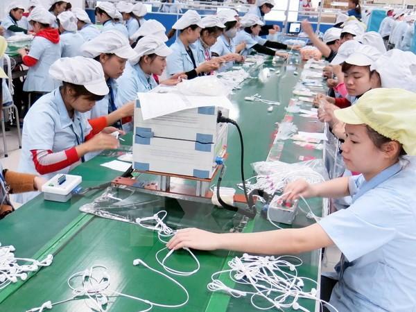 Dây chuyền sản xuất tai nghe cho điện thoại thông minh của Công ty TNHH Glonics Việt Nam, doanh nghiệp 100% vốn FDI Hàn Quốc. (Ảnh: Hoàng Nguyên/TTXVN)