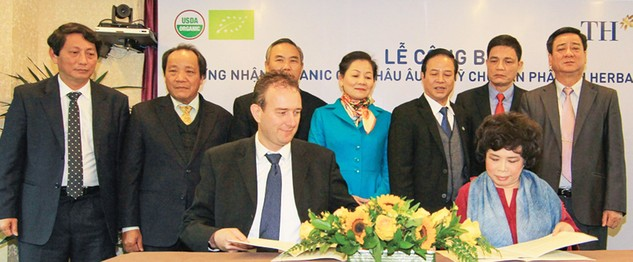 Bà Thái Hương, Chủ tịch Tập đoàn TH ký kết thực hiện tiêu chuẩn hữu cơ châu Âu (EC 834/2007) và Mỹ (USDA-NOP) cho sản phẩm sữa tươi TH true MILK với ông Riekele Leonard De Boer, Giám đốc điều hành Công ty Control Union Vietnam