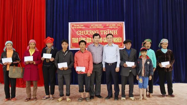 300 suất quà Tết đến với các hộ nghèo tỉnh Lào Cai - ảnh 2