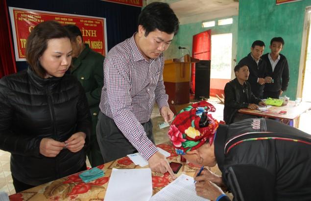 300 suất quà Tết đến với các hộ nghèo tỉnh Lào Cai - ảnh 1