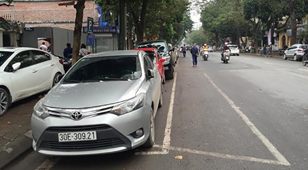 Hà Nội: Kẻ vạch đỗ xe dọc, thí điểm thu phí trông giữ theo giờ - ảnh 1
