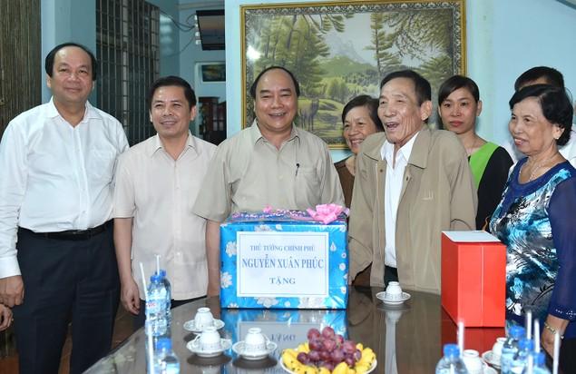 Thủ tướng khảo sát mô hình sản xuất tôm tại Sóc Trăng - ảnh 1