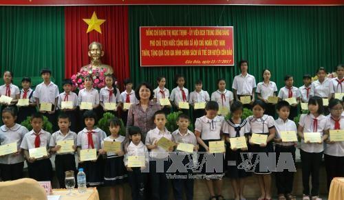 Phó Chủ tịch nước thăm, tặng quà gia đình chính sách tại Côn Đảo - ảnh 1