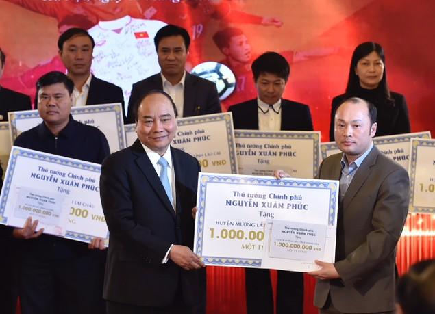 Thủ tướng trao kinh phí từ đấu giá bóng, áo của đội U23 cho 20 huyện nghèo - ảnh 1