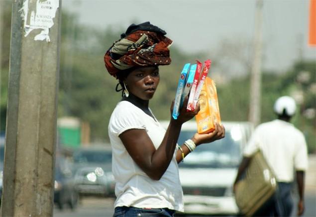 <b>6. Angola</b><br> <br> Có 12,4% dân số trưởng thành của Angola tự mình làm việc cho mình. Bán hàng rong là một nghề kinh doanh phổ biến ở Angola. Tắc đường giúp họ bán được nhiều hàng hơn.