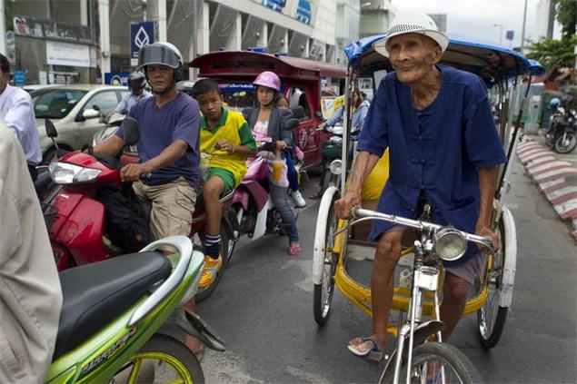 <b>2. Thái Lan</b><br> <br> 16,7% dân số trưởng thành của Thái Lan tự kinh doanh, và giao thông là một trong những ngành có nhiều doanh nhân nhất ở nước này. Xe tuk tuk là công cụ kinh doanh phổ biến của người Thái, nhất là ở những khu vực đông dân cư.