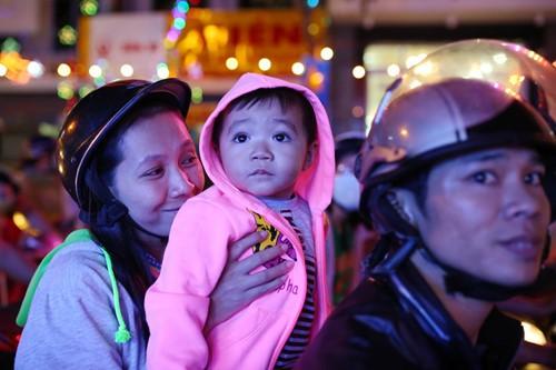 Trẻ thơ Sài Gòn ra phố đón giáng sinh - ảnh 10
