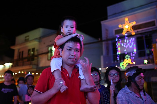 Trẻ thơ Sài Gòn ra phố đón giáng sinh - ảnh 3