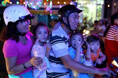 Trẻ thơ Sài Gòn ra phố đón giáng sinh - ảnh 4