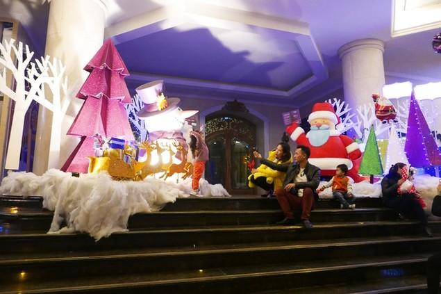 Không khí Noel tràn ngập thủ đô - ảnh 6