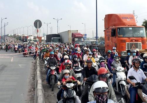 Ôtô đâm hàng loạt xe chờ đèn đỏ ở cửa ngõ Sài Gòn - ảnh 3