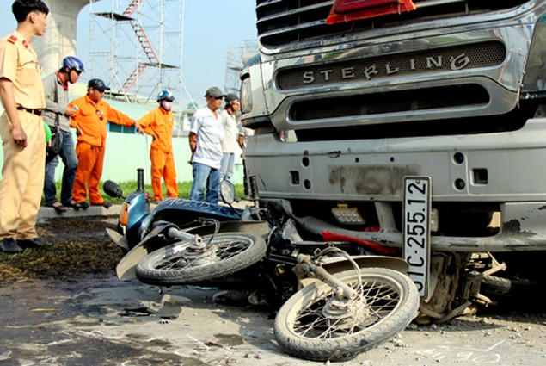 Ôtô đâm hàng loạt xe chờ đèn đỏ ở cửa ngõ Sài Gòn - ảnh 2