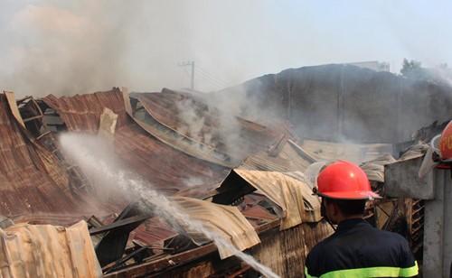 Cháy rụi công ty gỗ 100% vốn Trung Quốc đặt tại Bình Dương - ảnh 3