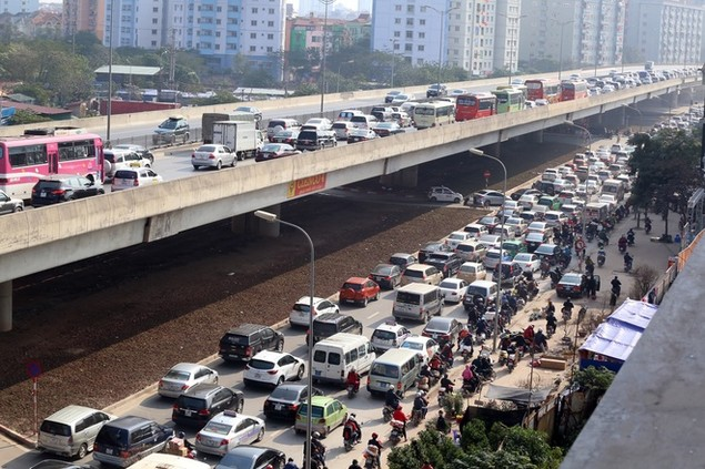 Cửa ngõ thủ đô kẹt xe kéo dài hàng cây số - ảnh 5