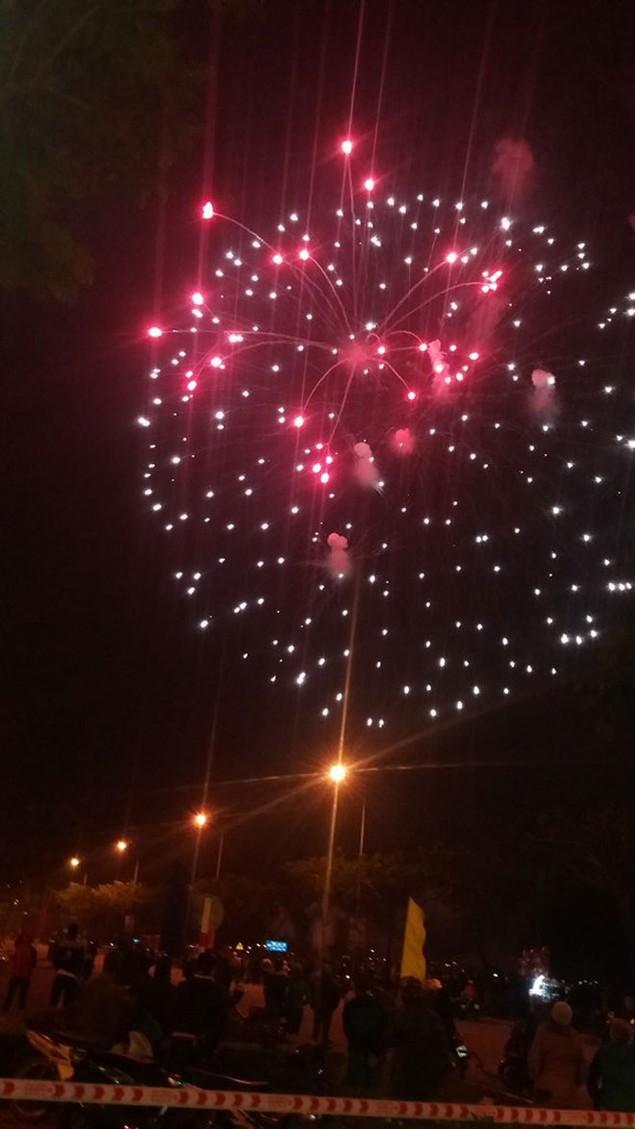 """Pháo """"nở hoa"""" trên bầu trời chào năm mới Bính Thân - ảnh 26"""